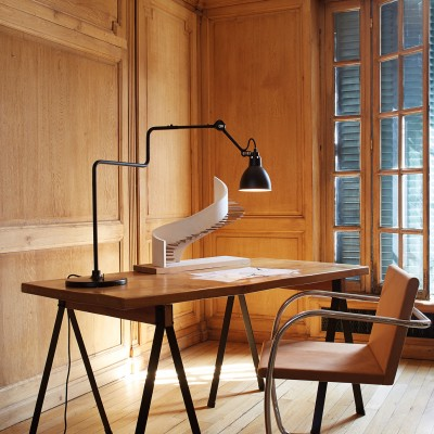 Arkitekt og bordlampe